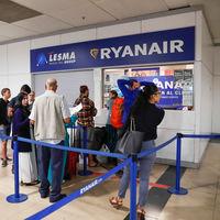 """Ryanair no puede cobrarte la maleta de mano: qué implica la sentencia para el billete """"priority"""""""