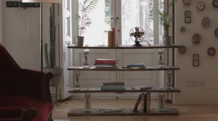 Cómo crear una estantería DIY súper original para tu salón con seis botellas vacías de Beefeater