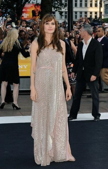 Angelina Jolie con un vestido de Amanda Wakeley en la premiere londinense de Salt
