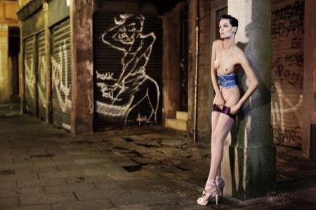 ¿Barcelona fomenta el desnudo en público? Una vergüenza de editorial con Iris Strubegger desnuda II