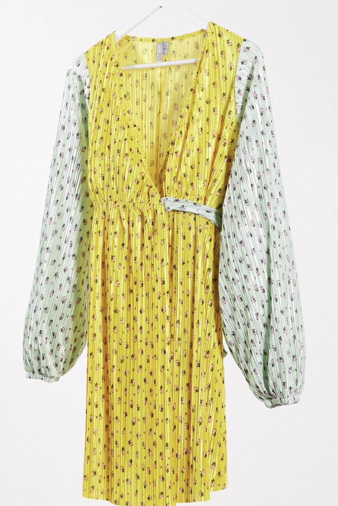 Vestido corto, cruzado y plisado con estampado de florecitas en contraste de ASOS DESIGN Maternity