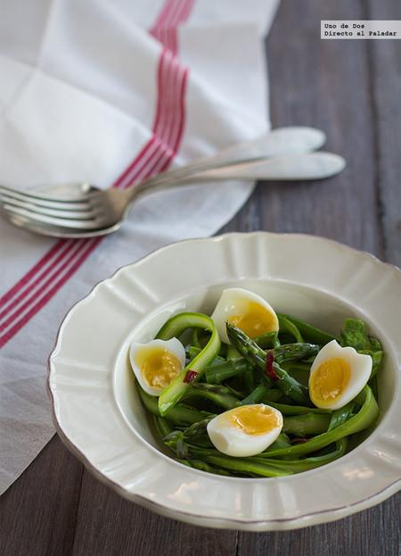 Ensalada de espárragos y huevos de codorniz. Receta