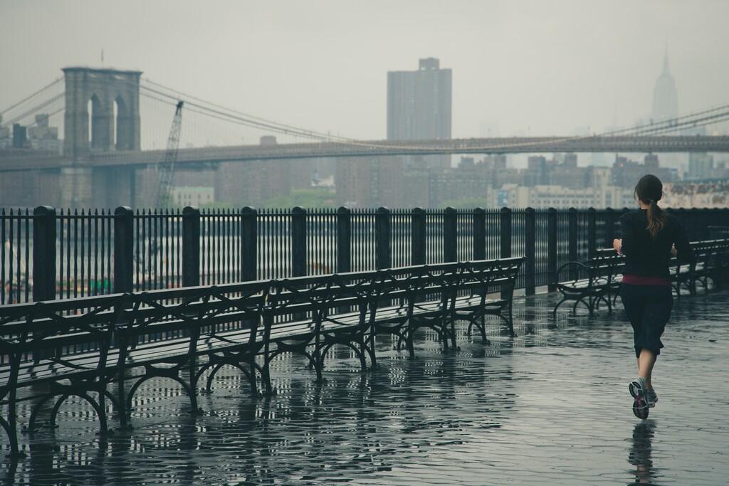 Que la lluvia no te pare: las mejores ofertas en ropa deportiva para salir a correr a pesar del mal tiempo