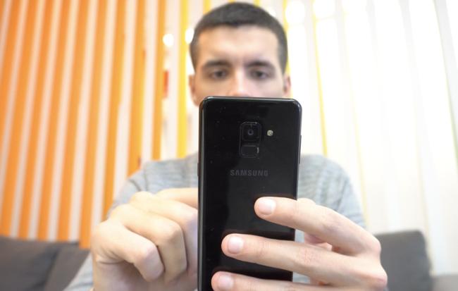 Galaxy A8 en mano