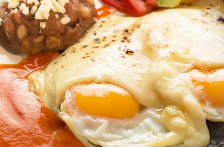 Huevos gratinados con chipotle. Receta rápida para el desayuno