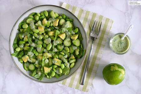 Receta de ensalada con aguacate, edamame, pepino y salsa cremosa: la más verde de las ensaladas