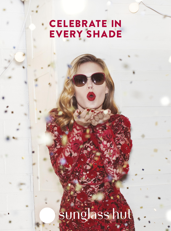 Foto de Georgia May Jagger, una Mamá Noel muy sexy en la campaña Sun Glasses Hut (8/30)