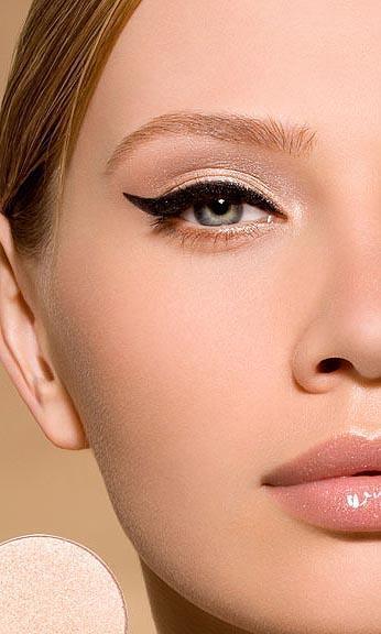 Look nude y eyeliner: perfecto