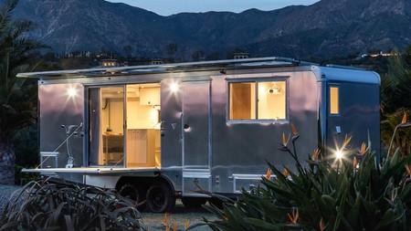 Esta caravana de 182.000 euros tiene spa, cine... ¡y hasta terraza con barbacoa!