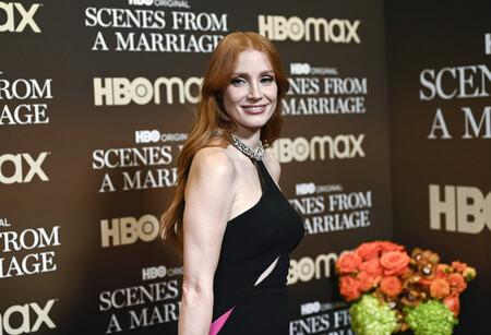 Jessica Chastain nos recuerda lo espectacular que es una espalda al aire con este vestido capa lleno de brillos