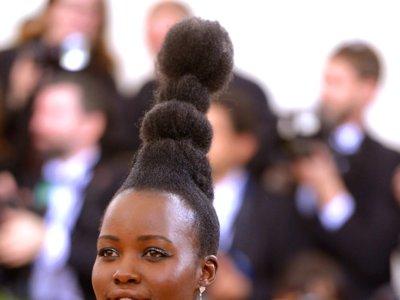 Lupita Nyong'o crece centímetros gracias a un peinado a lo Marge Simpson