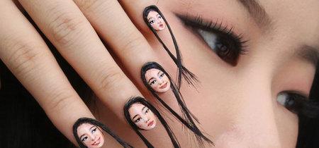Parece que la niña de The Ring ha aparecido en tus uñas, pero se trata de las loquísimas selfie nails