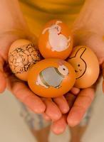 Decorar huevos de Pascua con calcomanías