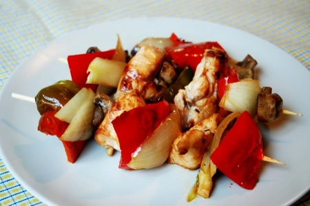 Cenas saludables para niños: Brochetas de pollo, champiñón, pimiento rojo y cebolla