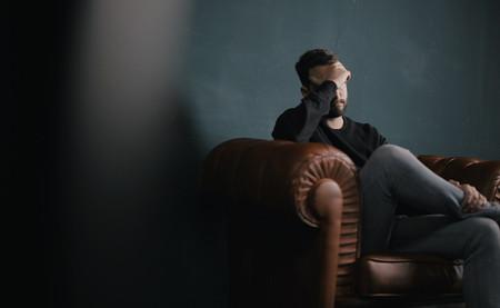 Vivimos una epidemia de la tristeza: así se están desplomando nuestros niveles de felicidad