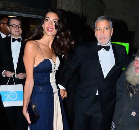 Amal Clooney luce un vestido bicolor ideal para conseguir este look de noche impecable