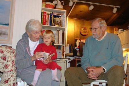Más de la mitad de los abuelos cuidan a sus nietos casi todos los días