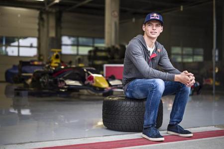 Max Verstappen se estrena sobre un RB7 decorado como un Toro Rosso