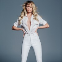 No importa que los mom-jeans sean difíciles de llevar, Candice Swanepoel puede con todo