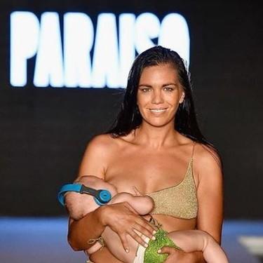 Una modelo amamantó a su hija de cinco meses mientras desfilaba en una pasarela