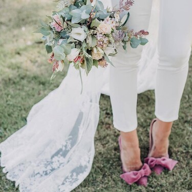 Dar el 'sí, quiero' en vestido es cosa del pasado: nueve looks de novia con pantalón para subir al altar desprendiendo estilo