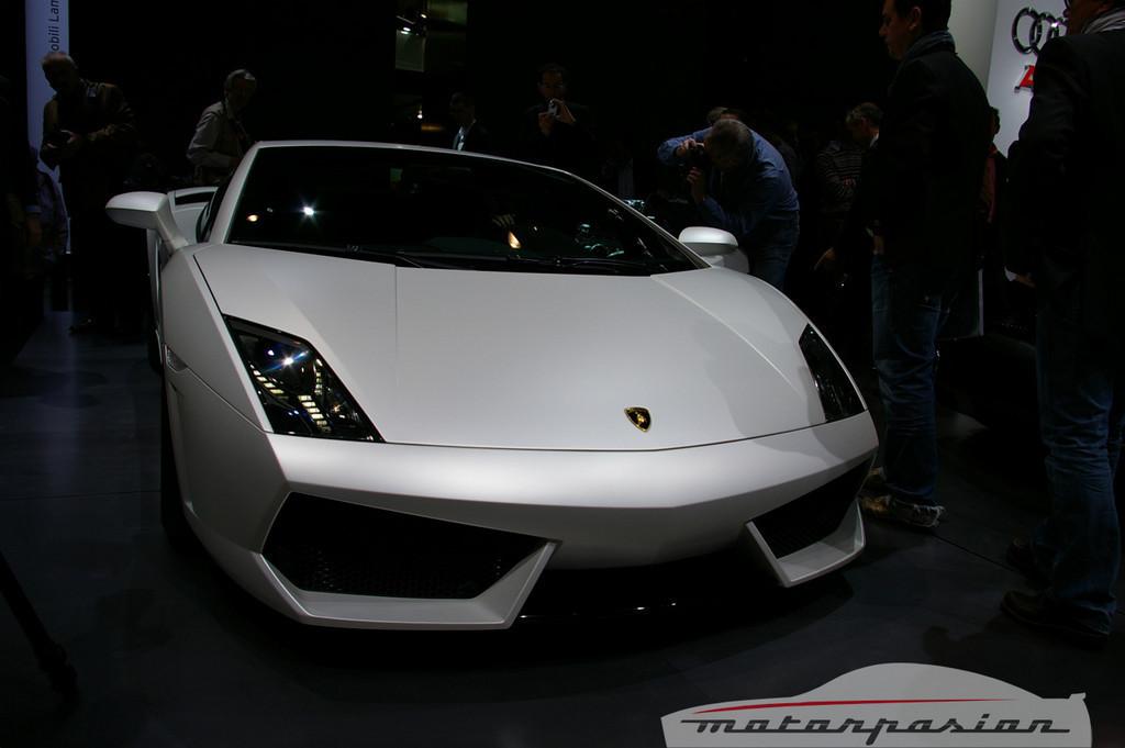Lamborghini Gallardo LP560-4 en el salón de Ginebra, y muy bien acompañado