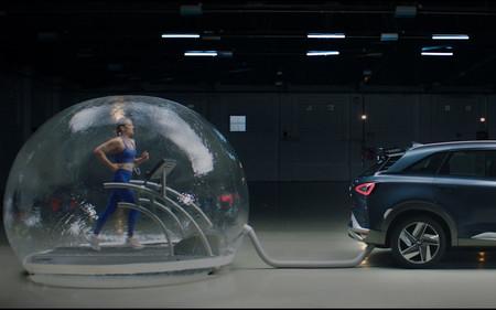 Mireia Belmonte respirando de un tubo de escape: ¿puede un coche con pila de hidrógeno purificar el aire que expulsa?