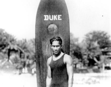 Las olas, la tabla y la sonrisa eterna: así era Duke Kahanamoku, el padre del surf moderno