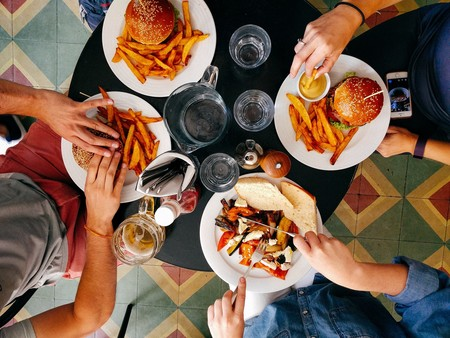 Indulgencia altruista: la razón por la que comemos peor cuando estamos con amigos