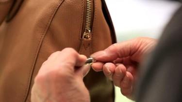 Mulberry enseña cómo elabora el bolso de Lana del Rey