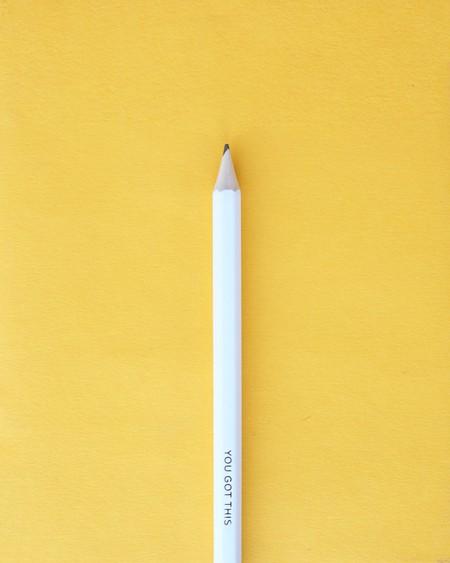 un lápiz blanco