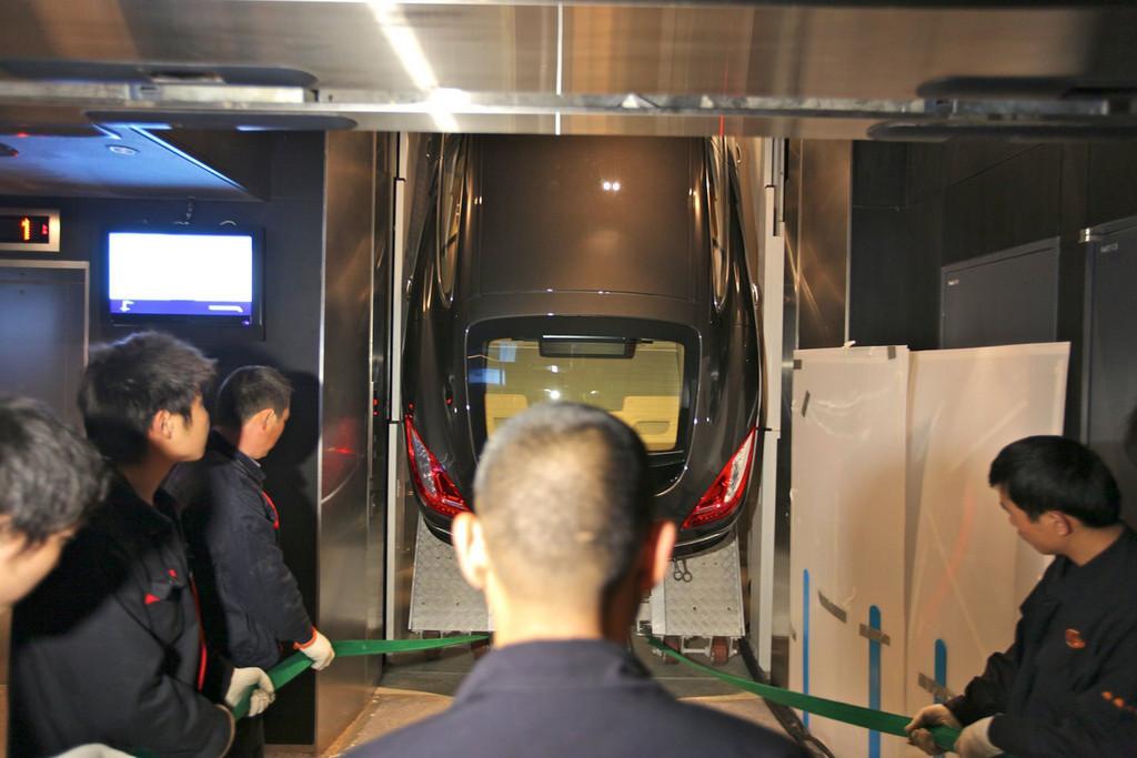 Porsche Panamera en un ascensor
