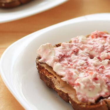 Tostadas con fruta y mascarpone. Receta fácil para el desayuno
