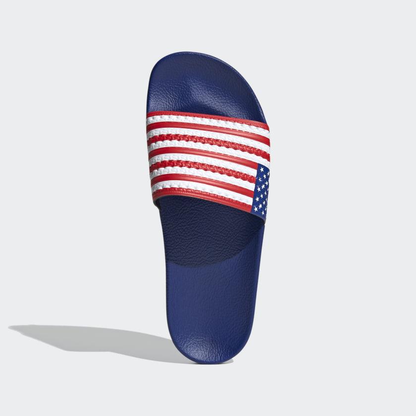 Con la bandera de Estados Unidos.