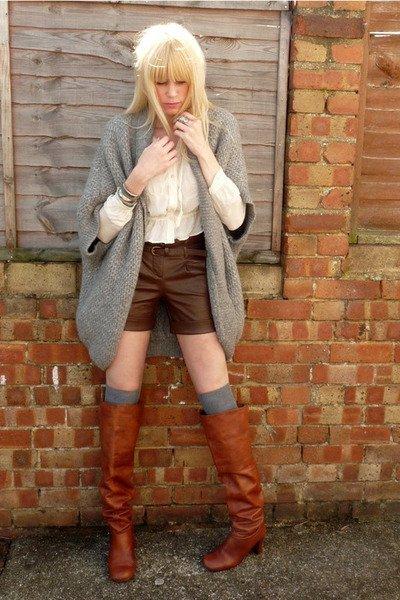 gris con shorts cuero marron