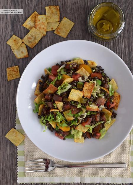 Ensalada de lentejas beluga con chips de tortilla: receta vegana, saludable y fresca