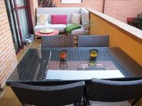 Enséñanos tu casa: la veraniega terraza de Jesús y Leire con una rinconera DIY