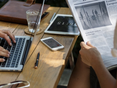 El 56,8 % de los lectores españoles de prensa se informa a través de redes sociales, aunque sólo lee titulares y alguna noticia