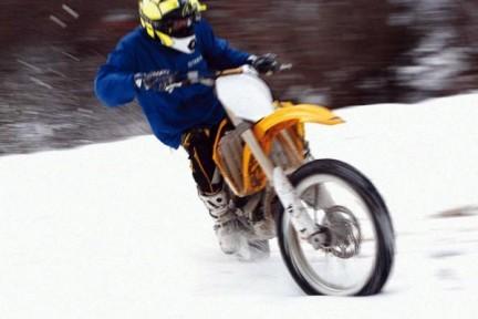 Valentino Rossi se lo pasa pipa sobre la nieve