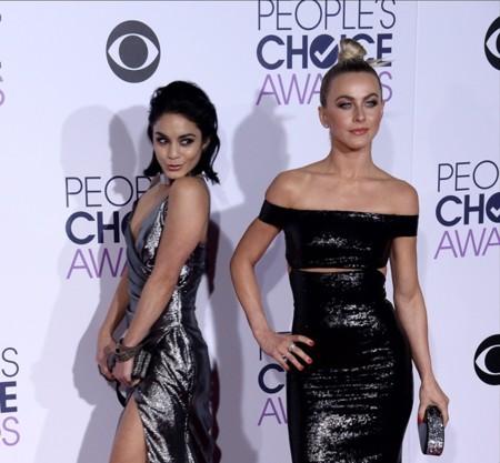 Los brillos excesivos provocaron el patinazo de Vanessa Hudgens y Julianne Hough en los People's Choice Awards