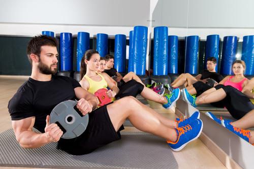 Cinco ejercicios abdominales que puedes realizar con un disco