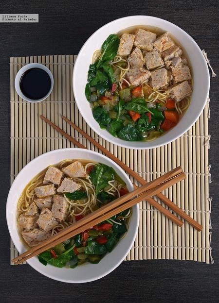 Noodles al miso con atún y espinacas