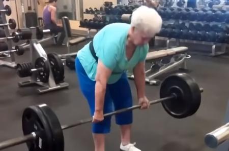 Shirley Webb, la abuelita que te gana levantando peso muerto