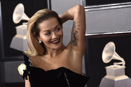 Rita Ora emula a una diva de los años 50 en la noche de los Grammy 2018 (y se deja el albornoz en casa)