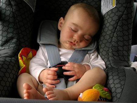 Utiliza siempre el sistema de retención infantil en el coche, aún en trayectos cortos