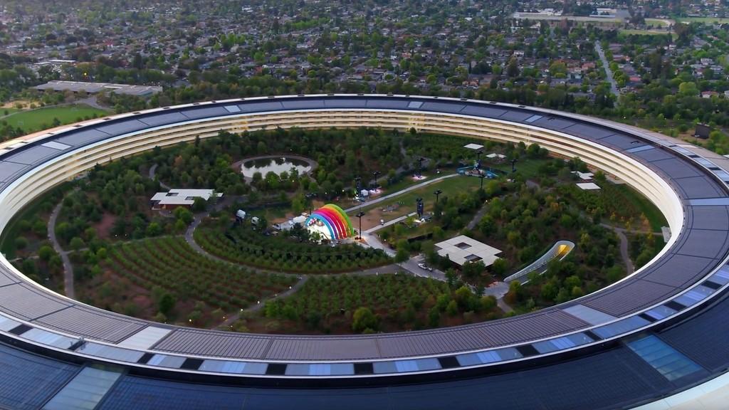 Un reciente vídeo del Apple™ Park deja ver un escenario misterioso en el centro de la nave espacial