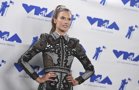 Alessandra Ambrosio revienta la alfombra roja de los MTV MVA 2017 con un total look de Balmain