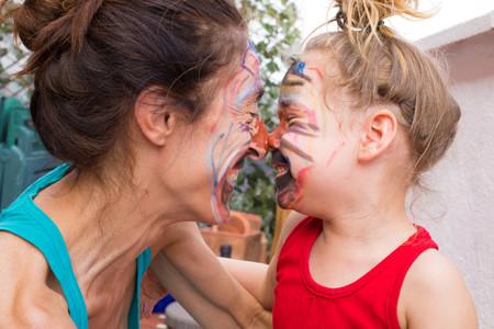Madre e hija divirténdose