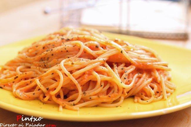 Espaguetis con crema de tomate