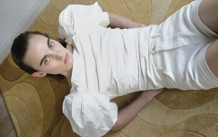 15 tops blancos de Sfera que añadirán delicadeza los estilismos del día a día